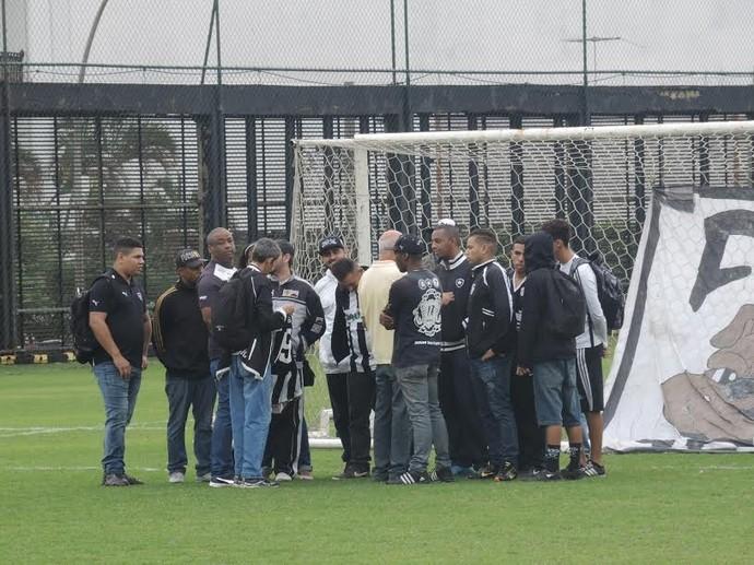 Membros de organizada conversaram com Cacá Azeredo, vice de futebol (Foto: Marcelo Baltar/ GloboEsporte.com)