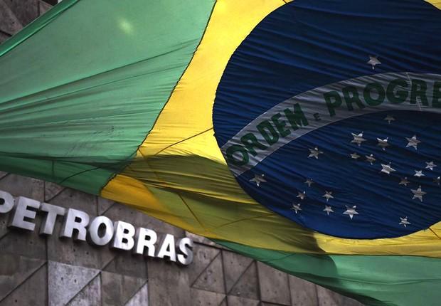 Bandeira do Brasil é vista diante da sede da Petrobras no Rio de Janeiro (Foto: Vanderlei Almeida/AFP/Getty Images)