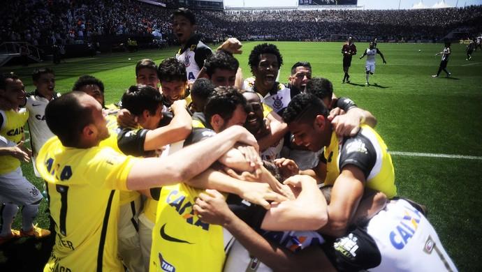 Jogadores do Corinthians comemora gol sobre o Santos (Foto: Marcos Ribolli)