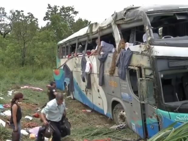 Ônibus tombou e deixou 11 mortos e 22 feridos (Foto: Reprodução/ TVCA)