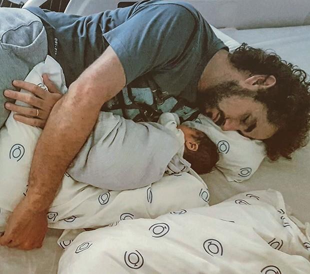 Felipe dorme abraçado com Rocco em clique feito pela mulher, Rafa Brittes  (Foto:  )