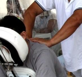 Adultos podem relaxar com massagem grátis na Beira-Mar de São José (SC) (Foto: Divulgação)