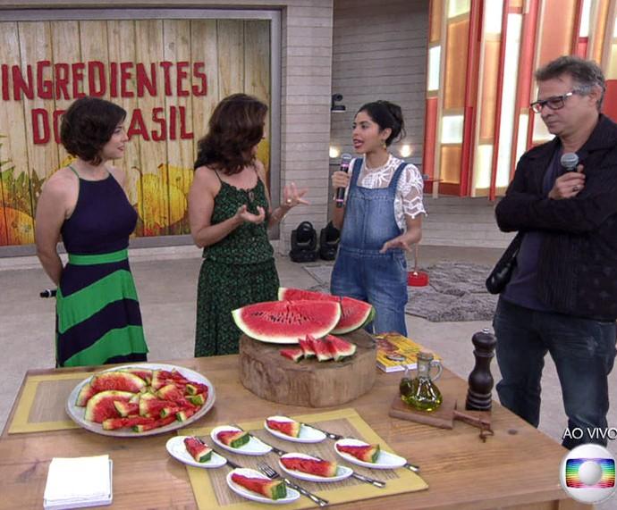 Bela mostra como prepara a famosa melancia grelhada (Foto: TV Globo)
