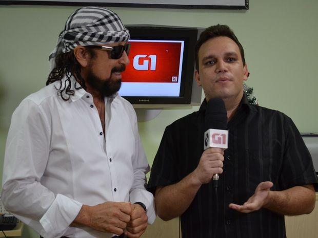 Fredson Navarro entrevista o cantor Bell Barques na redação do G1 (Foto: Joelma Gonçalves / G1)