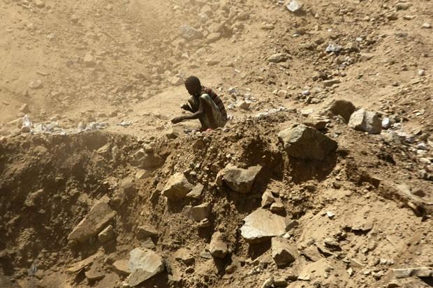 Sudanês trabalha em garimpo em mina perto de Abu Delelq, no Sudão (Foto: Mohamed Nureldin Abdallah/Reuters)