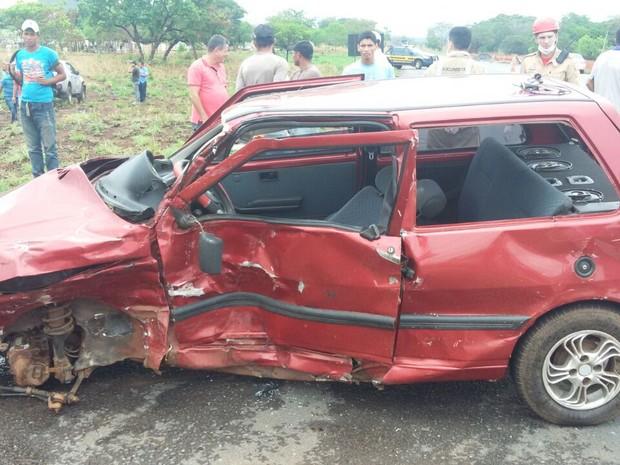 Homem ficou gravemente ferido após carro e caminhonete se chocarem  (Foto: PRF/Divulgação)