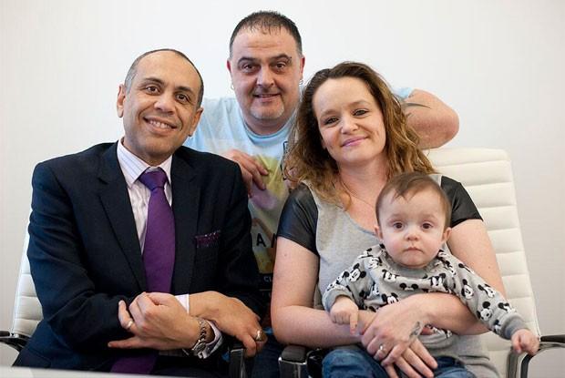 O médico Shehata, à esquerda, com o casal Kelly e Alan, e o pequeno Tyler (Foto: Reprodução/Twitter/epsom_sthelier)