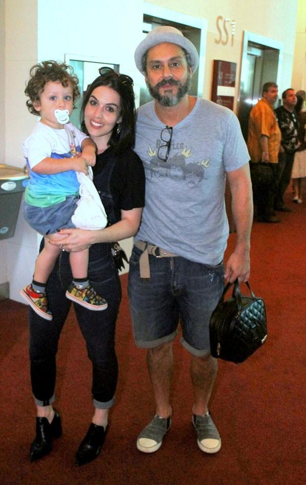 Noá com os pais, Karen Brustolin e Alexandre Nero (Foto: AgNews / Daniel Delmiro)