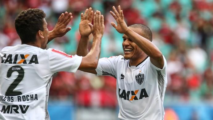 Marcos Rocha e Patric comemoram gol sobre o Vitória (Foto: Bruno Cantini/CAM)