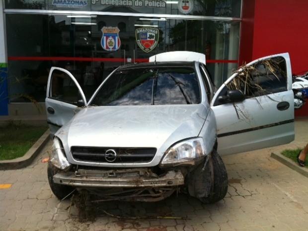 Carro ficou destruido após cair em igarapé na Avenida Brasil (Foto: Ana Graziela Maia/G1 AM)
