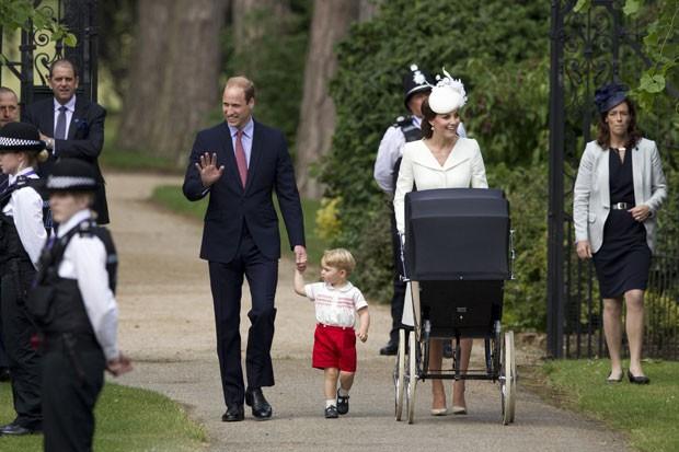 O príncipe William e a duquesa de Cambridge, Kate Middletonx, apareceram pela primeira vez com seus dois filhos, o príncipe George e a princesa Charlotte, ao chegarem para o batizado da menina, realizado em uma cerimônia em Sandringham, no Reino Unido neste domingo. (Foto: Matt Dunham/AP)