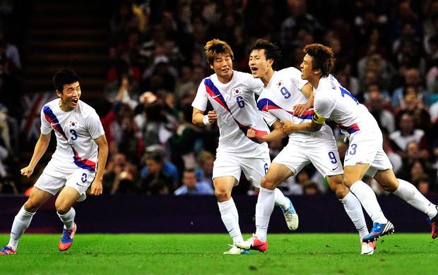 jogadores da Coreia do Sul comemoram vitória sobre a Grã-Bretanha futebol (Foto: AFP)