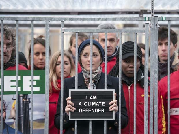 A atriz francesa Marion Cotillard se manifesta ao lado de ativistas do Greenpeace em Paris (Foto: FRED DUFOUR / AFP)