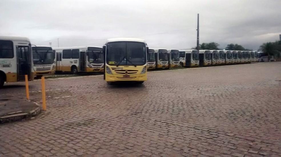 Ônibus não deixaram as garagens na manhã desta sexta (Foto: Ricardo Paulo )