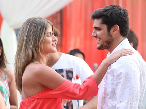 André dança na maior empolgação com a garota (Foto: Pedro Curi/TV Globo)