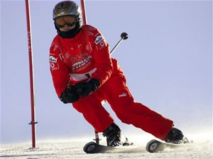 O ex-piloto alemão Michael Schumacher em foto de 2006, enquanto esquiava na Itália (Foto: AP)