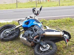 Após colidir com estrutura metálica, moto parou no canteiro central da SP-310 em Ibaté, SP (Foto: Valdir Penteado)