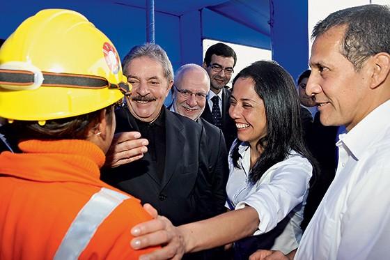 AMIGOS Lula com Alexandrino Alencar, da Odebrecht  (de barba, atrás), no Peru. Alexandrino era o responsável pelas palestras de Lula no exterior e viajava com ele (Foto: reprodução)