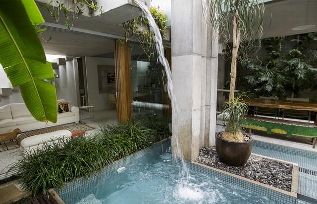 O jardim tropical é a cereja do bolo da casa. (Foto: Rafael Avancini)