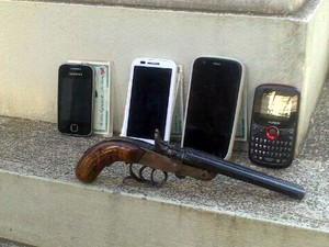 Revólver e celulares de vítima foram encontrados em mochila de jovem após roubo em Piracicaba (Foto: Guarda Municipal/Divulgação)