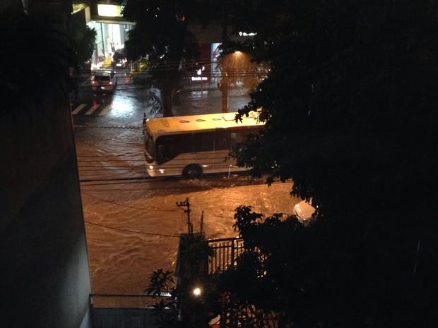 Chuva alaga Avenida Marquês de São Vicente, na Gávea (Foto: Cristiane Cardoso/G1)