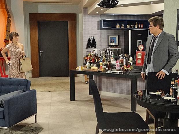 Carolina pede abrigo na casa de Felipe (Foto: Guerra dos Sexos / TV Globo)