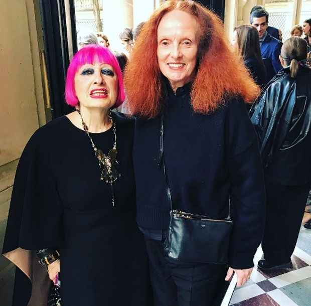 Grace Coddington congratulating Zandra Rhodes for the prints the British designer created for the Valentino show (Foto: @SuzyMenkesVogue)