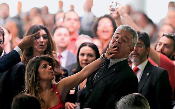 Momento em que Major Olímpio apanhou no Planalto  (Foto: Alan Marques/Folhapress)
