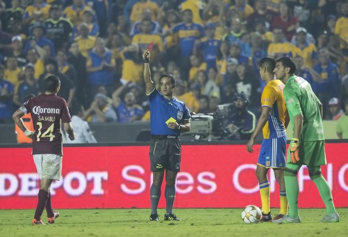 Rubens Sambueza, ex-Fla, sendo expulso na final (Foto: Azael Rodriguez/LatinContent/Getty Images)
