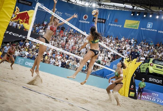Larissa e Talita bronze na etapa de Hamburgo do Mundial de vôlei de praia (Foto: Hoch Zwei / Getty Images)