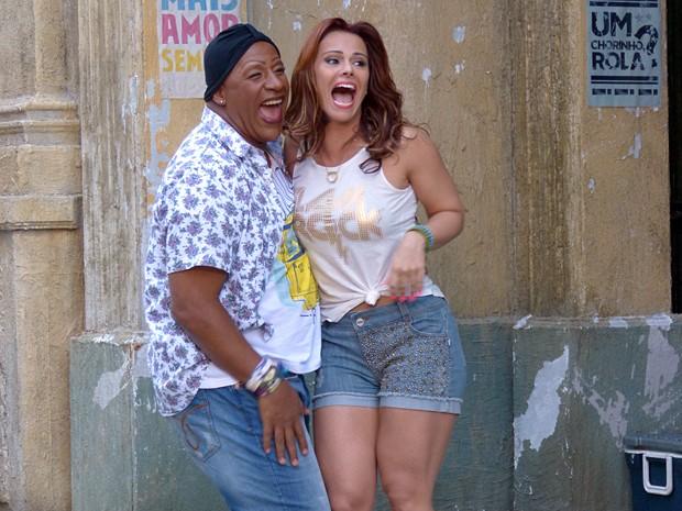 Ailton Graça e Viviane Araújo se diveretm muito enquanto gravam (Foto: Império/TV Globo)