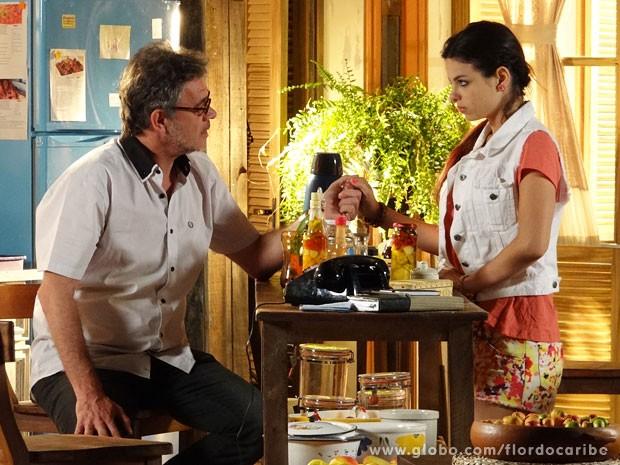 Duque tenta contar a Amaralina que é seu avô (Foto: Flor do Caribe / TV Globo)
