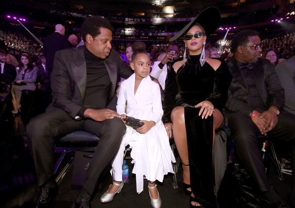 Blue Ivy entre Beyoncé e Jay-Z na plateia do Grammy Awards 2018 (Foto: Getty Images)