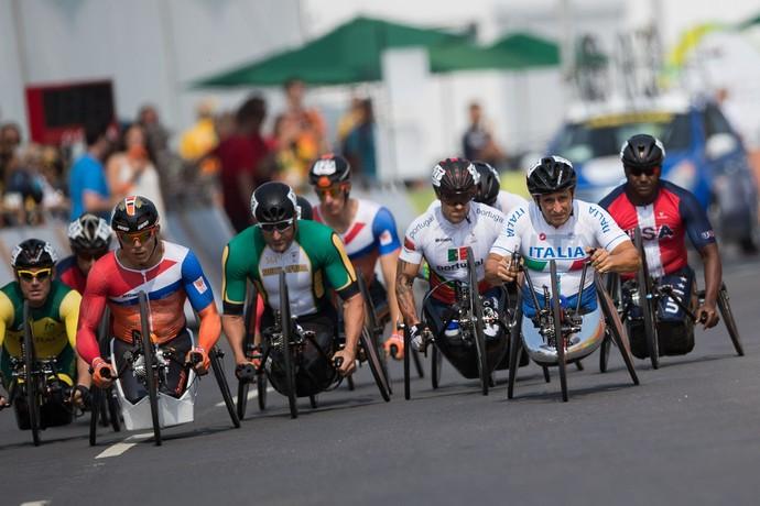Descrição da imagem: disputa na prova de ciclismo de estrada na Paralimpíada Rio 2016 (Foto: AP)