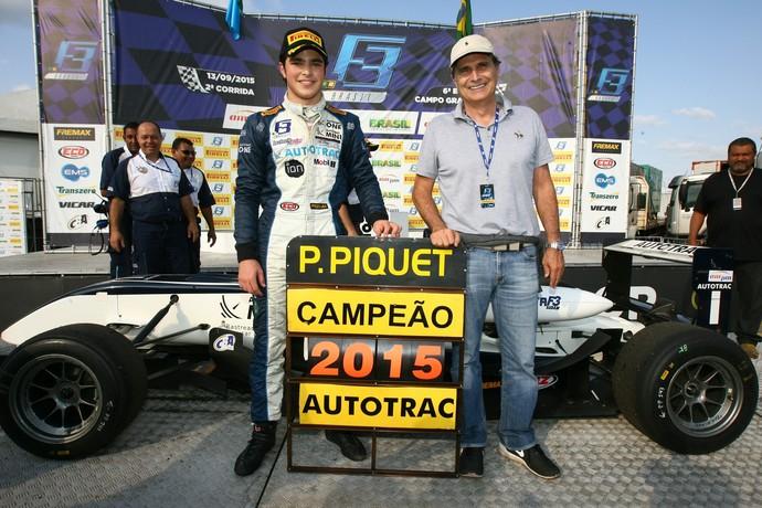 Pedro Piquet, bicampeão antecipado da F3 Brasil, ao lado do pai, o tricampeão de F1 Nelson Piquet (Foto: Luca Bassani )