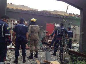 Bombeiros estão no local e isolaram a área (Foto: Veriana Ribeiro/G1)