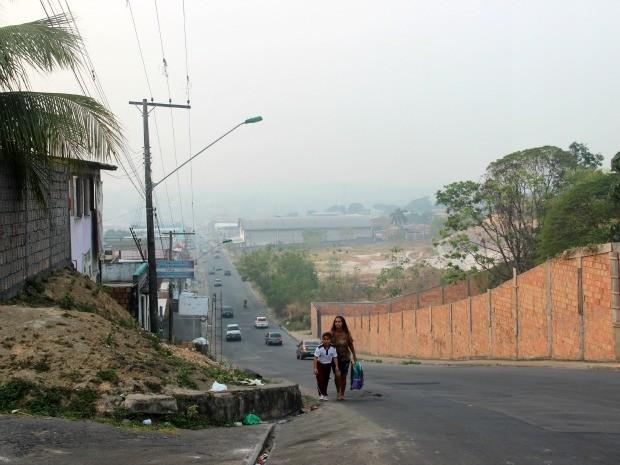 Ao fundo, nuvem de fumaça encobre casas e prédios no Novo Aleixo (Foto: Suelen Gonçalves/G1 AM)