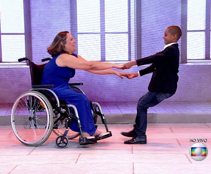 Mãe e filho dançam juntos: parceria ainda maior (Foto: TV Globo)