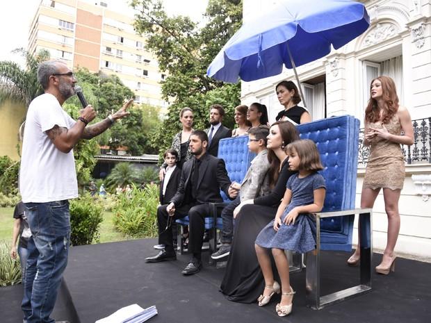 Diretor Rogério Gomes ensaia com o elenco (Foto: Raphael Dias/Gshow)