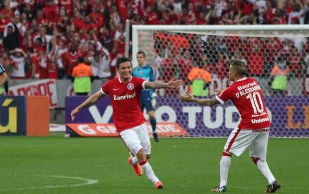 Aránguiz comemora com D`Alessandro depois de marcar o primeiro gol do Inter