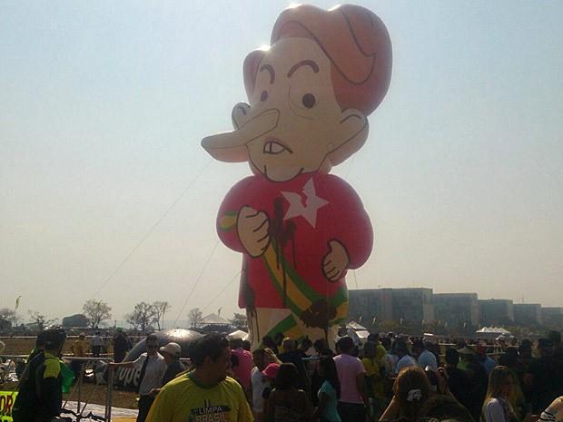 Boneco inflável da presidente Dilma Rousseff (Foto: Mateus Rodrigues/G1)