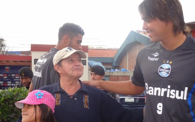 Marcelo Moreno ganha carinho de torcedores equatorianos (Foto: Hector Werlang/Globoesporte.com)