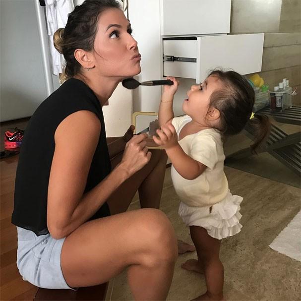 Deborah Secco ganha maquiagem da filha, Maria Flor (Foto: Reprodução/Instagram)
