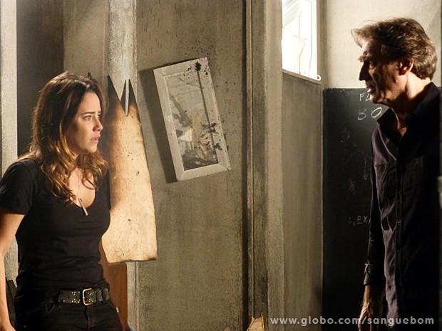 Malu fica aterrorizada depois que juntas as peças (Foto: Sangue Bom / TV Globo)