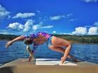 Renata D'Ávila faz yoga de maiô e mostra corpo em forma