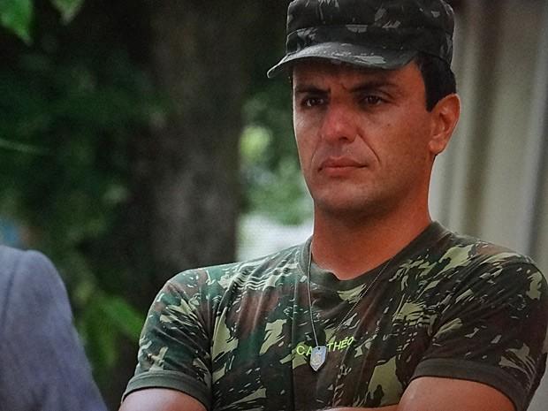 Théo avisa a Stenio que não vai deixar Lívia em paz (Foto: Salve Jorge/TV Globo)