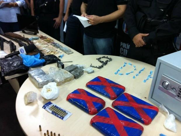 Suspeitos vão responder crime de tráfico de drogas e porte ilegal de arma de fogo (Foto: Patrick Mota/Rádio Amazonas FM)
