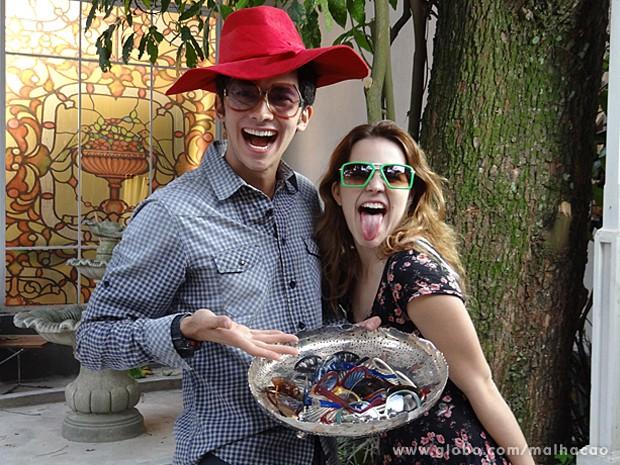 Gabriel Falcão e Bianca Salgueiro brincam durante a gravação (Foto: Malhação / TV Globo)