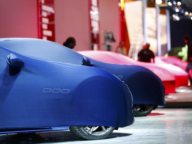 Estande da Ferrari e Maserati com carros cobertos, na véspera do Salão de Frankfurt (Foto: Kai Pfaffenbach/Reuters)