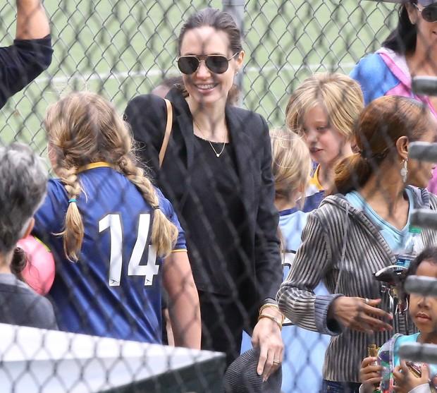 Angelina Jolie com Shiloh ao fundo (Foto: X17)